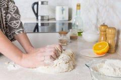 Préparant et mélangeant la pâte Photos libres de droits