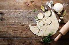 Préparant, faisant cuire, faisant les ravioli faits maison, pelmeni ou boulette avec de la viande sur la vue supérieure en bois d Photo libre de droits
