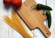 Préparant la nourriture, faisant cuire les ingrédients frais Images libres de droits