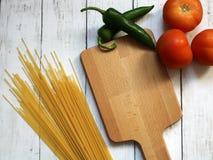 Préparant la nourriture, faisant cuire les ingrédients frais Image libre de droits