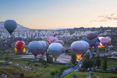 Préparant le ballon pour le vol tôt le matin dans Cappadocia, Photos stock