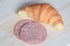 Préparant le croissant et le jambon pour faire cuire le sandwich image stock