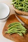 Préparant les haricots verts du cru frais - V aérien Images stock