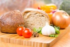 Ail, tomate et persil sur un hachoir Photographie stock libre de droits