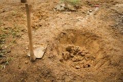 Préparant un trou avec la houe sale Bogor rentré par photo Indonésie image libre de droits