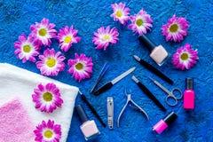 Préparation à la manucure Outils et vernis à ongles sur la vue supérieure de fond bleu Photographie stock libre de droits