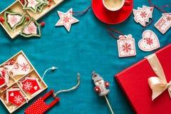 Préparation à Noël Objets rouges sur le fond de turquoise Photo libre de droits