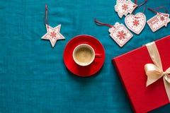 Préparation à Noël Objets rouges sur le fond de turquoise Images stock