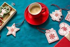 Préparation à Noël Objets rouges sur le fond de turquoise Photo stock
