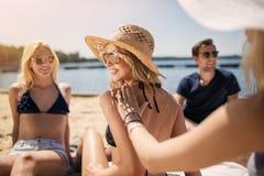 Préparation à prendre un bain de soleil Photos libres de droits