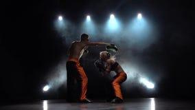 Préparation à une concurrence kickboxing Lumière par derrière Fumez le fond Mouvement lent banque de vidéos