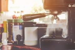 Préparation au café par le café image stock
