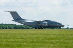 Préparation aux avions Antonov An-178 de transport de militaires de décollage Photos stock