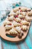 Préparation aux vacances Biscuits et décorations de Noël-arbre Image stock
