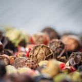 Préparation colorée de poivrons à l'arrière-plan en bois Photo stock