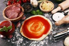 Préparation crue italienne originale fraîche de pizza avec l'ingredie frais photo stock
