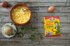 Préparation culinaire avec le safran de Meneghino Images stock