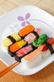 Préparation délicieuse de sushi du Japon avec des baguettes Images libres de droits