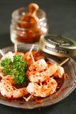 Préparation d'épice de Harissa - chilles d'un rouge ardent marocains avec des crevettes roses de roi Image libre de droits
