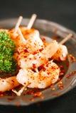 Préparation d'épice de Harissa - chilles d'un rouge ardent morrocan avec des crevettes roses de roi Photo stock