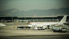 Préparation d'avion sur le champ d'aéroport Aéroport international de Barcelone Photographie avec l'effet de vintage Image stock