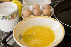 Préparation d'un frittata avec les oeufs et la casserole battus photographie stock libre de droits