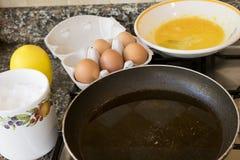 Préparation d'un frittata avec les oeufs et la casserole battus photos stock