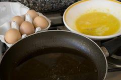 Préparation d'un frittata avec les oeufs et la casserole battus photo stock
