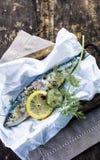Préparation d'un poisson cuit au four par four dans l'aluminium photographie stock libre de droits