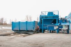 Préparation d'un récipient avec des déchets pour le transport suivant à une usine d'élimination des déchets Installation de trans photographie stock libre de droits