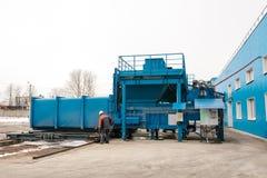 Préparation d'un récipient avec des déchets pour le transport suivant à une usine d'élimination des déchets Installation de trans Photos libres de droits
