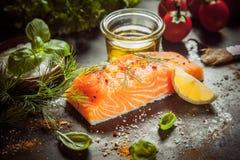Préparation d'un repas saumoné gastronome image stock