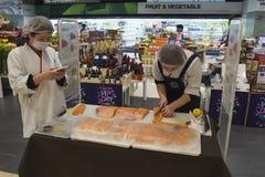 Préparation d'un saumon entier Photographie stock libre de droits