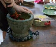 Préparation d'une pâte rouge traditionnelle de piment Photographie stock