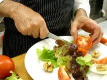 Préparation d'une salade Photos stock