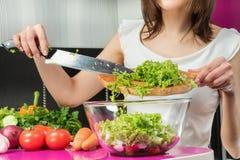 Préparation d'une salade en gros plan photographie stock