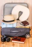 Préparation d'une valise pour le long vol photos stock