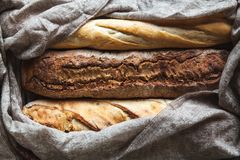 Préparation de baguette sur un fond noir Pâtisseries françaises, faites maison photo libre de droits