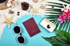 Préparation de bases d'été et de voyage, accessoires de voyage, passeport, lunettes de soleil photographie stock libre de droits