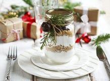 Préparation de biscuit de puces de chocolat pour le cadeau de Noël Image stock
