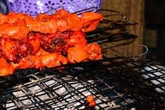 Préparation de chiche-kebab sur le gril de barbecue au-dessus du charbon de bois Boeuf de rôti sur le gril de BBQ Shashlik mariné photographie stock libre de droits