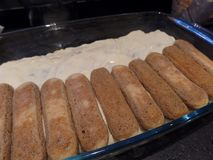 Préparation de dessert italien de tiramisu photo stock