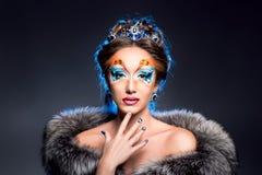 Préparation de femme de maquillage Le visage de la belle fille Photo libre de droits