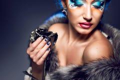 Préparation de femme de maquillage Le visage de la belle fille Image libre de droits