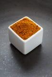 Préparation de fines herbes d'épices orientales sur le plat en céramique foncé Image stock