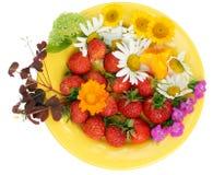 Préparation de fraise et de fleurs photos libres de droits