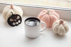 Préparation de Halloween Ouvrez les potirons faits main décoratifs de Halloween et levez de l'americano chaud de café sur le filo Image stock