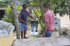 Préparation de jus de canne de sucre Photographie stock libre de droits