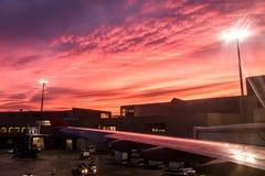 Préparation de l'avion avant aéroport international de Boston mA Logan de vol pendant un coucher du soleil coloré Images stock