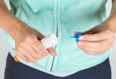 Préparation de l'injecteur d'adrénaline employer photographie stock